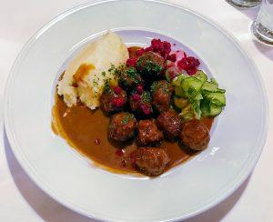 Tallrik med köttbullar och potatismos