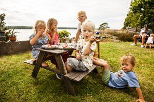 Små barn på picknick