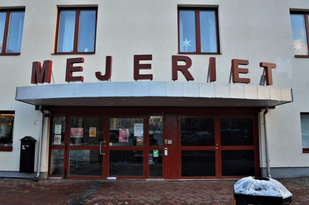 Utsidan på en lokal med en röd logga som det står Mejeriet på.