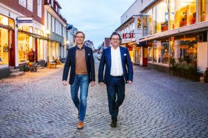 Två män promenerar på en gata ©All rights reserved Eterni Sweden